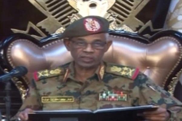 لقطة مأخوذة عن الشاشة لوزير الدفاع السوداني أحمد بن عوف خلال إعلانه الإطاحة بالرئيس عمر البشير