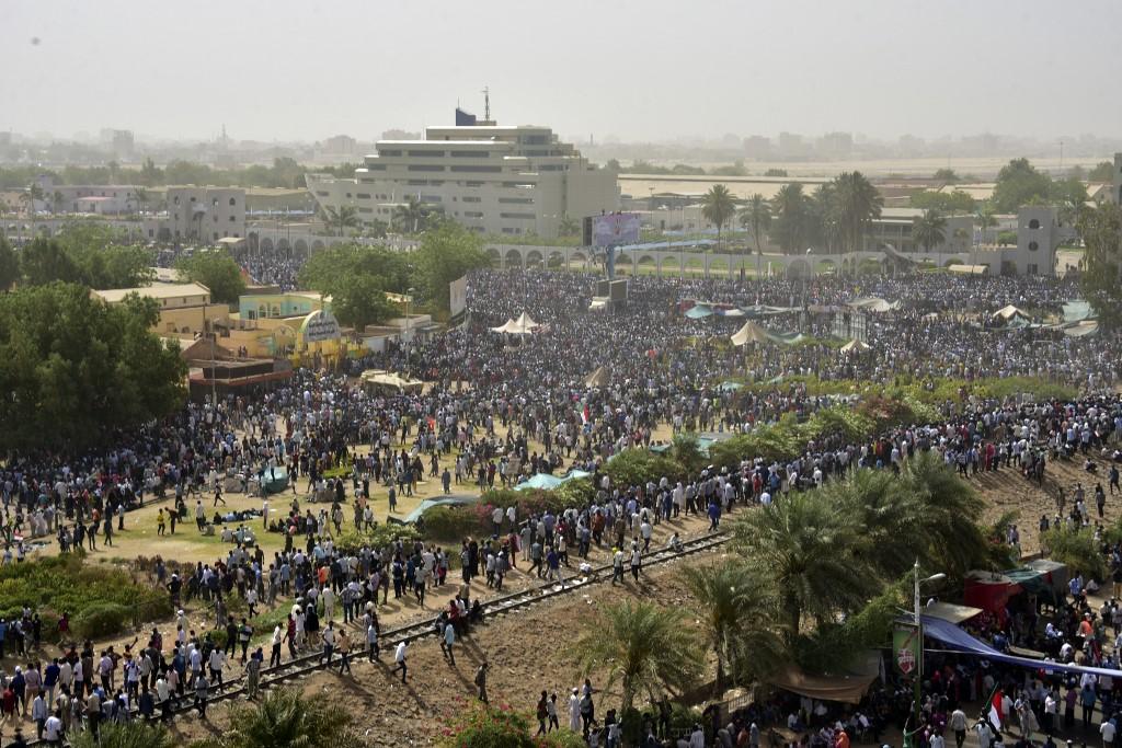 ألوف السودانيون يرابطون في الشوارع بعد تفطنهم لـ
