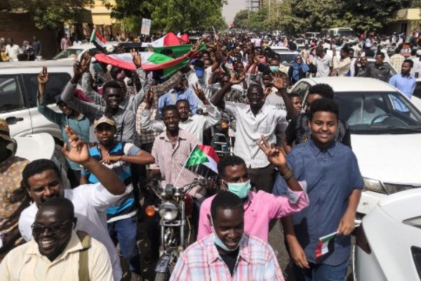 السودانيون يترقبون بيان الجيش