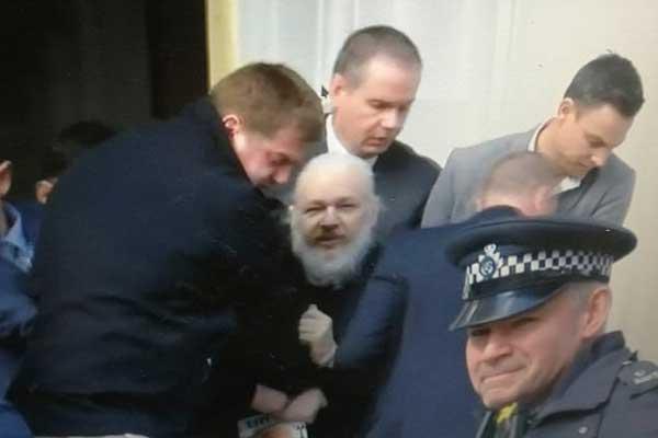 الشرطة البريطانية تعتقل مؤسس ويكيليكس من سفارة الإكوادور