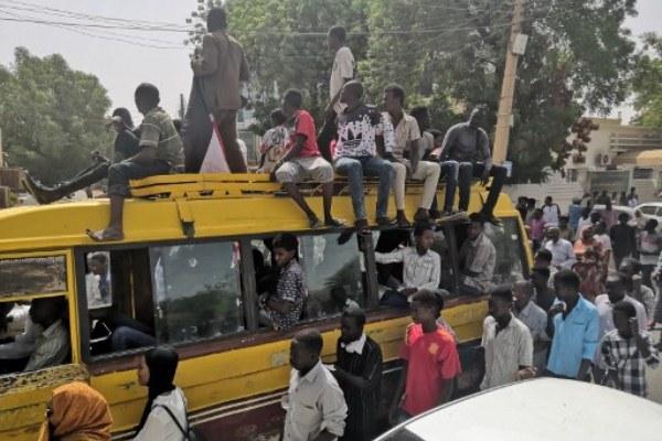 تواصل الاعتصام في السودان في انتظار بيان الجيش