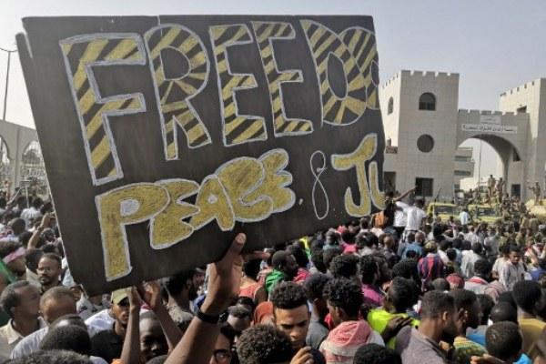 اكتسبت الاحتجاجات في السودان زخمًا كبيرًا بعدما اعتصم مئات الآلاف بالقرب من مقر قيادة الجيش بالخرطوم