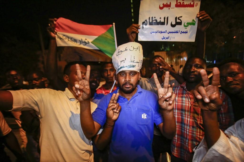 سودانيون مصرّون على مواصلة الاعتصام رغم رحيل البشير