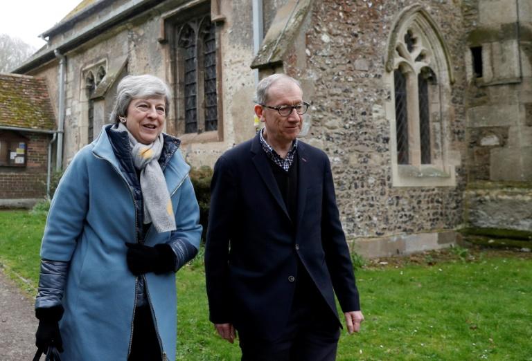 رئيسة الوزراء البريطانية تيريزا ماي وزوجها فيليب ماي يغادران كنيسة بالقرب من مايدنهيد في غرب لندن في 07 ابريل 2019