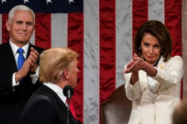 الرئيسة الديموقراطية لمجلس النواب نانسي بيلوسي بجانب ترمب خلال خطابه حول حال الأمة في 5 فبراير 2019
