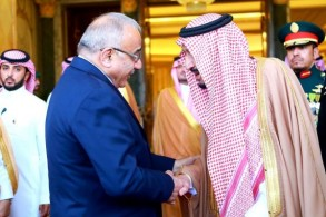الملك سلمان وعبد المهدي خلال لقائهما في الرياض اليوم