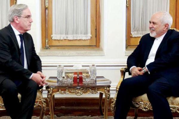 السفير الفرنسي الجديد لدى إيران فيليب تيبو لدى تسليم أوراق اعتماده إلى وزير الخارجية محمد جواد ظريف أمس (إرنا)