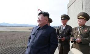 صورة نشرتها وكالة الأنباء الكورية الشمالية في 17 ابريل 2019 للزعيم كيم جونغ أون يحضر تدريباً جوياً