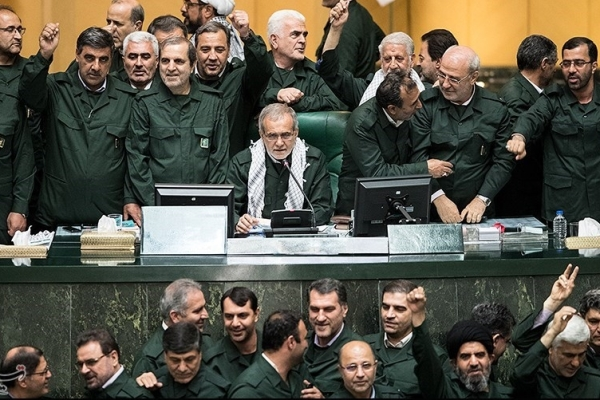 أركان برلمان إيران في زيّ الحرس الثوري