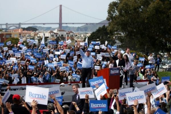 السناتور الأميركي بيرني ساندرز يخاطب تجمعا انتخابيا في كاليفورنيا بتاريخ 24 مارس 2019