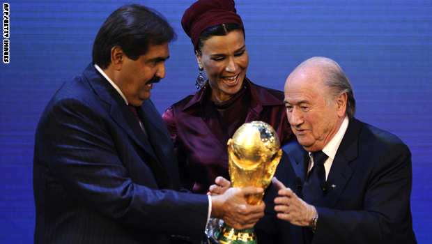 أمير قطر يستلم كأس العالم من الاتحاد الدولي لكرة القدم عام 2014