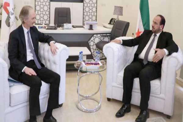 رئيس هيئة التفاوض السورية المعارضة نصر الحريري وغير بيدرسون خلال لقاء سابق لهما