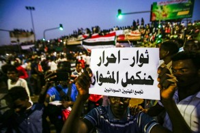 متظاهرون أمام مقر القيادة العامة للجيش في الخرطوم في 12 أبريل 2019