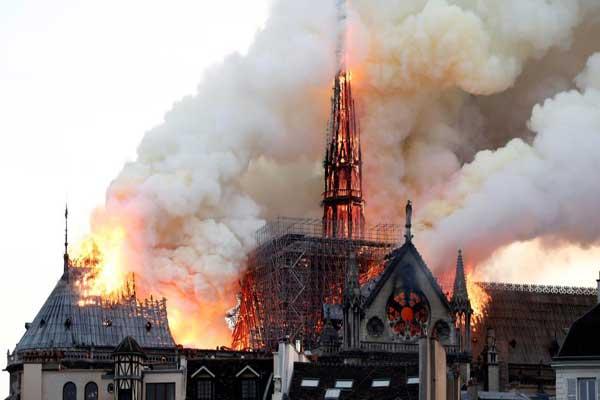 كاتدرائية نوتردام الباريسية أثناء احتراقها