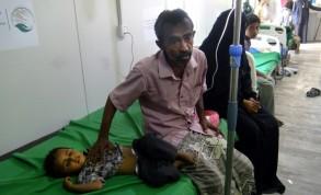 طفل يمني يتلقى العلاج من الكوليرا في مستشفى في الخوخة في محافظة الحديدة في 18 أبريل 2019