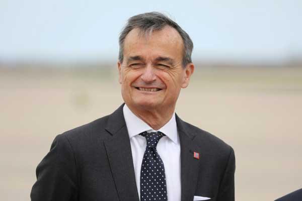 السفير الفرنسي في الولايات المتحدة جيرار آرو في قاعدة ميريلاند الجوية في ولاية ميريلاند الأميركية في 23 إبريل 2018