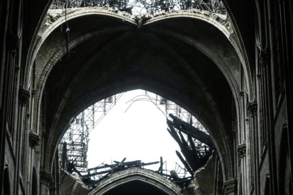 صورة من داخل كاتدرائية نوتردام في باريس غداة الحريق الذي أتى على جزء كبير منها