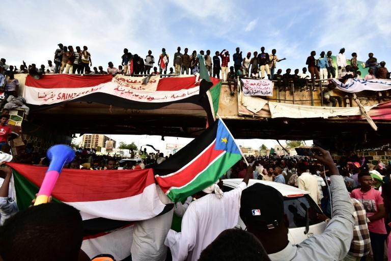 سودانيون يتظاهرون أمام قيادة الجيش في الخرطوم في 14 إبريل 2019