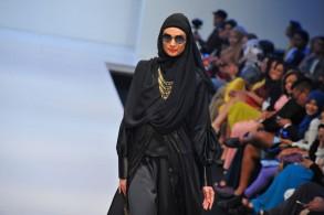 الحجاب كأداة زينة. عرض أزياء في إطار مهرجان أزياء إسلامي في أسبوع الموضة في كوالالمبور، ماليزيا (AFP)