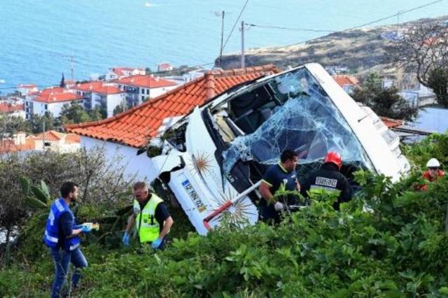 حافلة السياح الألمان اسفل منحدر في جزيرة ماديرا