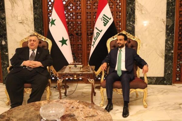 رئيس البرلمان العراقي الحلبوسي مستقبلا نظيره السوري الصباغ لدى وصوله الى بغداد