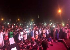 متظاهرون سودانيون أمام مقر الجيش في الخرطوم ليل الثلاثاء الاربعاء 10 أبريل 2019