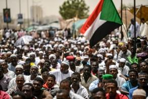 متظاهرن سودانيون يحتشدون أمام مقر القيادة العامة للجيش في الخرطوم، الجمعة 19 نيسان/أبريل 2019