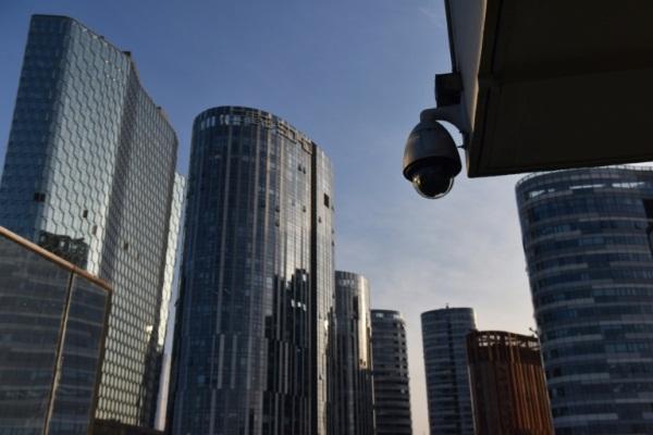 كاميرا للمراقبة في مركز تسوق في بكين
