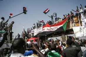 متظاهرون سودانيون أمام مقر قيادة الجيش في الخرطوم في 17 أبريل 2019
