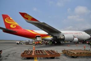 عمال يفرغون شحنة من على متن طائرة صينية تحمل معدات طبية وأدوية في مطار سيمون بوليفار في شمال فنزويلا