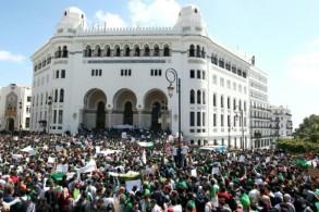 جزائريون محتشدون في ساحة البريد الكبير في سط العاصمة الجزائر في 16 أبريل 2019