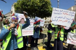 صورة في 16 إبريل تُظهر متظاهرين ليبيين احتشدوا في طرابلس للتنديد بما وصفوه