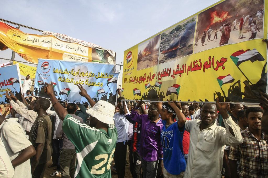 متظاهرون في الخرطوم يرفعون بعض الشعارات المناوئة للنظام