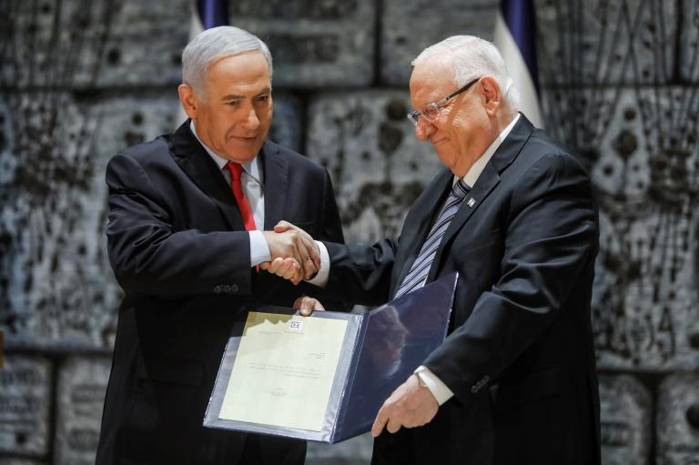 رئيس الوزراء الإسرائيلي يصافح الرئيس رؤوفين ريفلين الذي كلّفه تشكيل الحكومة المقبلة خلال مراسم خاصة أقيمت في القدس المحتلة في 17 ابريل 2019