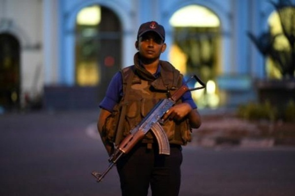رجل أمن يحرس كنيسة في كولومبو