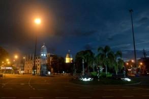 الطرقات خالية من السيارات والمارة في كولومبو بعدما فرضت السلطات حظر تجول في 21 أبريل 2019