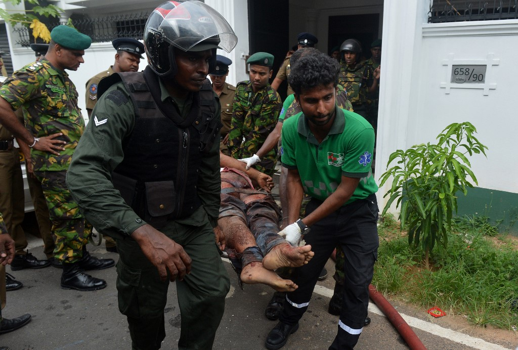 جانب من عمليات اسعاف المصابين في سريلانكا