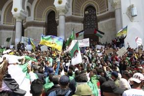 جزائريون يتجمعون في وسط العاصمة يوم الجمعة