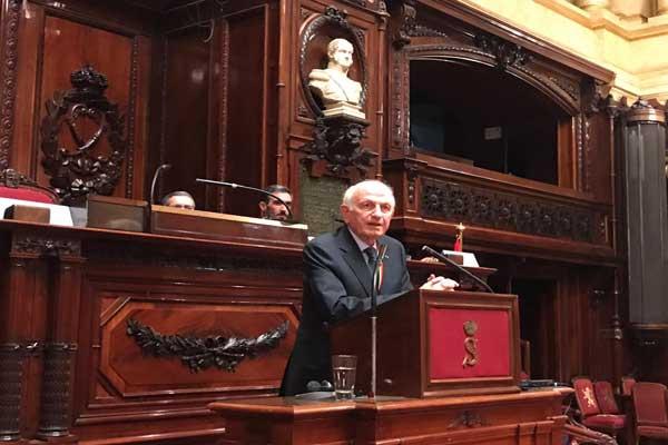 أندري أزولاي خلال إلقاء محاضرته في مجلس الشيوخ البلجيكي