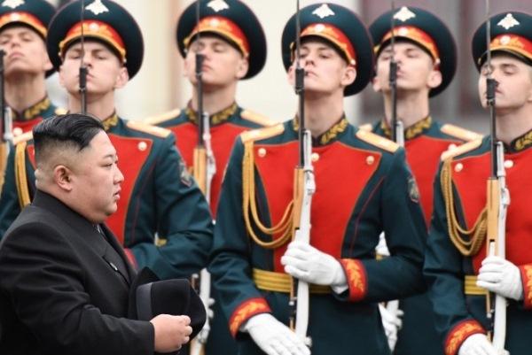 الزعيم الكوري الشمالي كيم جونغ أون يستعرض حرس الشرف في محطة فلاديفوستوك بروسيا