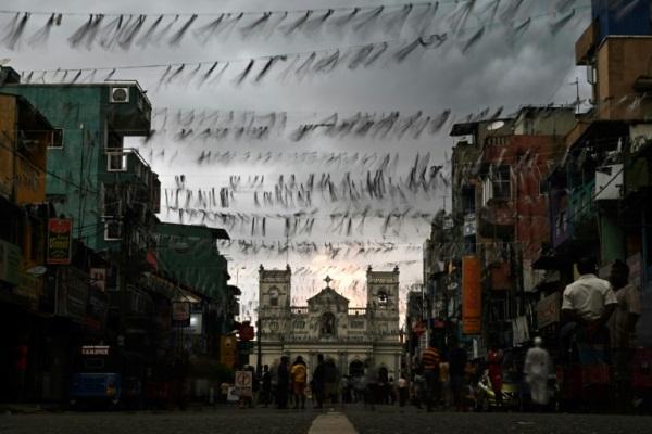 أهالي المنطقة القريبة من كنيسة القديس انطونيوس في كولومبو يتجمعون في شارع مغلق قرب الكنيسة