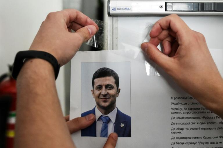 عضو مكتب انتخابي يعلّق معلومات عن المرشح الرئاسي فولوديمير زيلينسكي في كييف في 20 ابريل 2019