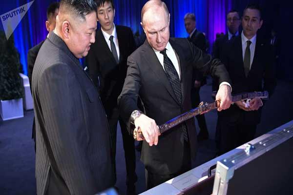 بوتين يتلقى هدية السيف المرصع