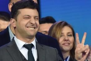 الممثل الكوميدي فولوديمير زيلينسكي يرفع علامة النصر في أعقاب المناظرة مع الرئيس المنتهية ولايته بترو بوروشنكو