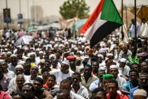 متظاهرون سودانيون يحتشدون أمام مقر القيادة العامة للجيش في الخرطوم