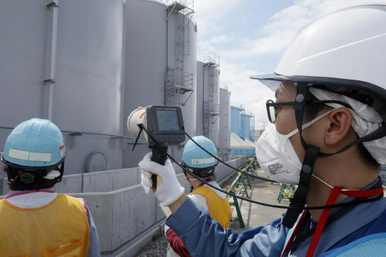 صورة لشركة طوكيو للكهرباء اثناء قياس مستويات الاشعاع عند صهاريج مياه ملوثة في مفاعل فوكوشيما في اليابان في 27 تموز/يوليو 2018