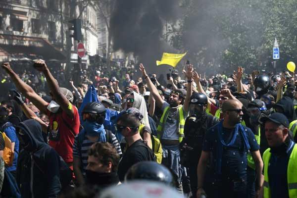 محتجون من السترات الصفراء يتظاهرون في باريس في 20 أبريل 2019
