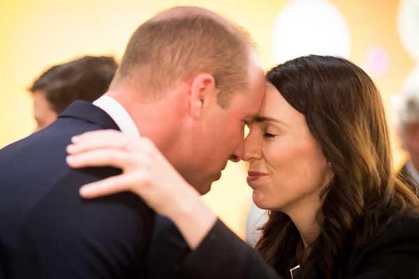 تحية الهونغي بين رئيسة وزراء نيوزيلندا ودوق كامبريدج