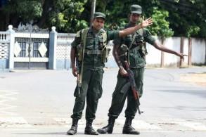 جنديان سريلانكيان في أحد شوارع مدينة باتيكالوا في شرق سريلانكا في 21 أبريل 2019