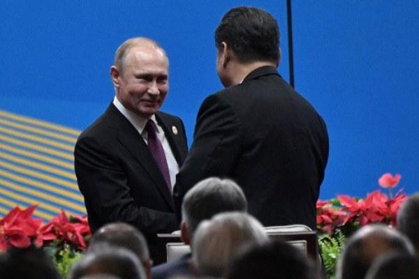 الرئيس الصيني يصافح نظيره الروسي